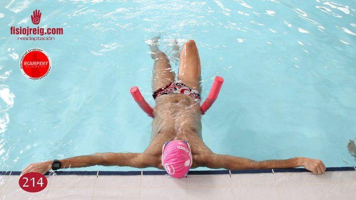 Movilidad de rodillas en piscina