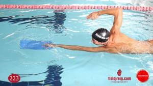 Ejercicio de técnica de natacion con flotador brazos crol