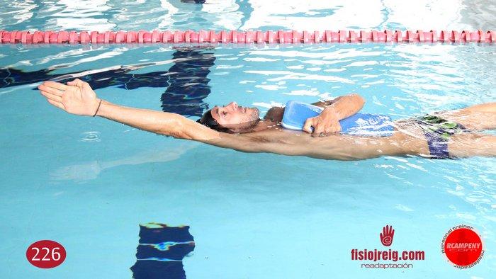 Ejercicio de técnica de natación espalda a un brazo