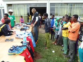 Atletas etíopes recogiendo material en la donación