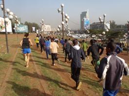 Entrenando en plaza Meskel Etiopía